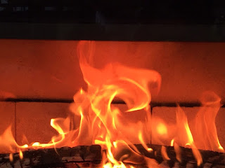 燃える火を見てホッとする