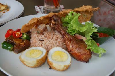 Menjadi Raja Sesaat dengan Makan Nasi Blawong