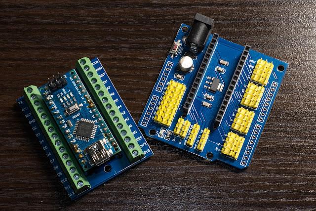 Arduino Nano włożone w płytkę rozszerzającą o zaciski śrubowe