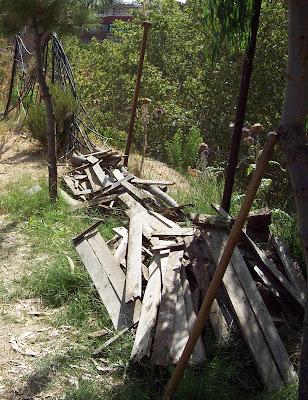 Las maderas retiradas de los bancales