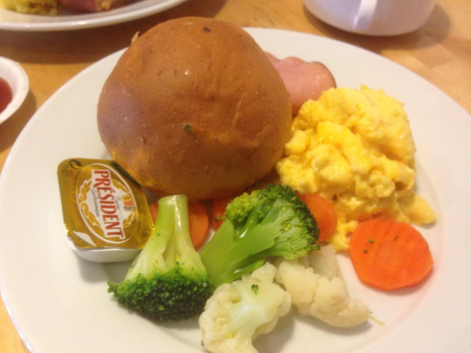 有麵包,奶油,花椰菜,蘿蔔,火腿,歐姆蛋~