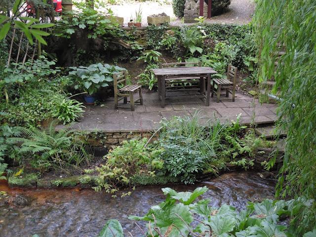 kącik wypoczynkowy nad rzeką