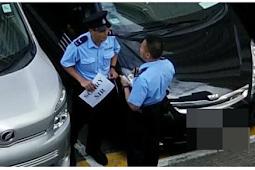 """Foto Viral: Polisi Berlutut di Tempat Parkir Memegang  Kertas Bertuliskan """"SORRY SIR"""""""