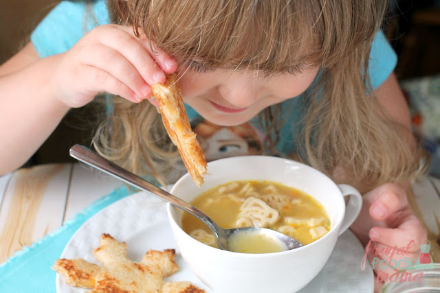 Pair @Campbells Organic Kids Soup with snowflake shaped grilled cheese sandwiches for a fast & fun weekend lunch. #ad