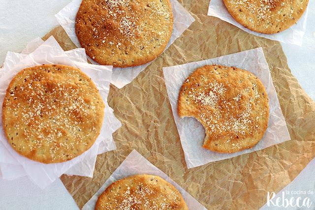 Tortas de aceite, queso y romero