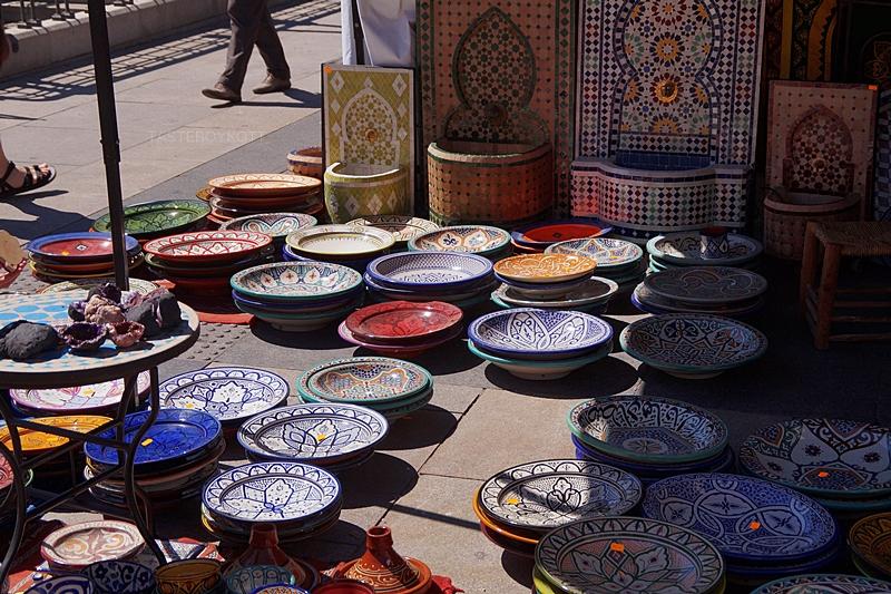 Getöpfertes Geschirr auf dem orientalischen Markt hinter der Oper in Madrid