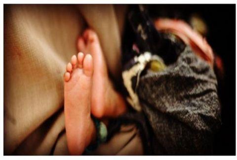 Τραγωδία! 6χρονος χτύπησε μέχρι θανάτου τη νεογέννητη αδερφούλα του