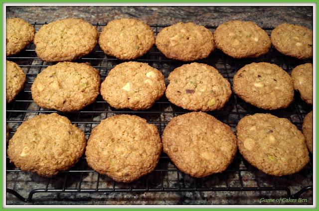 Cookies de avena, pistachos y chocolate blanco enfriándose.