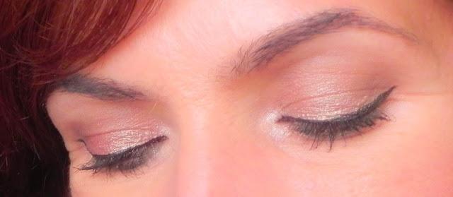 Ojos cerrados maquillaje oro rosa