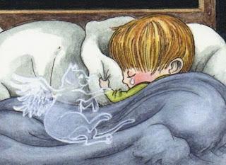 Ilustração de um garotinho deitado de conchinha em uma cama, abrigado por um cobertor cinza. Cabelos loiros lisos e mechados, amoldados à cabecinha redonda cobrem toda a testa. A cabeça está aconchegada sobre o travesseiro branco, a mão esquerda agarra a lateral do travesseiro, do olho esquerdo fechado escorre uma pequena lágrima branca pela face rosada. À esquerda, deitado sobre o cobertor com a patinha direita delicadamente apoiada sobre o punho esquerdo do garotinho, um vulto com asas de anjo, em forma de gatinho vigia o sono da criança.