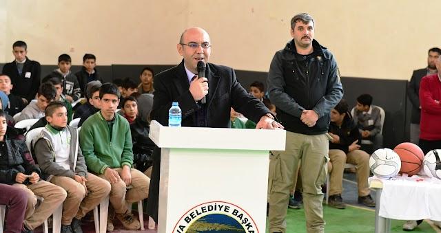 Büyükşehir Bozova'da  öğrencilere kitap dağıttı