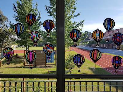 Motorik und Ausdauer trainieren mit Fensterbildern zum Prickeln: Heißluftballons basteln