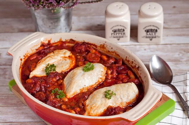 pierś z kurczaka pieczona z chorizo i fasola