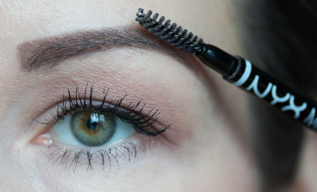 Tragebild Nyx Micro Brow Pencil Ash Brown auf den Augenbrauen mit Buerstchen