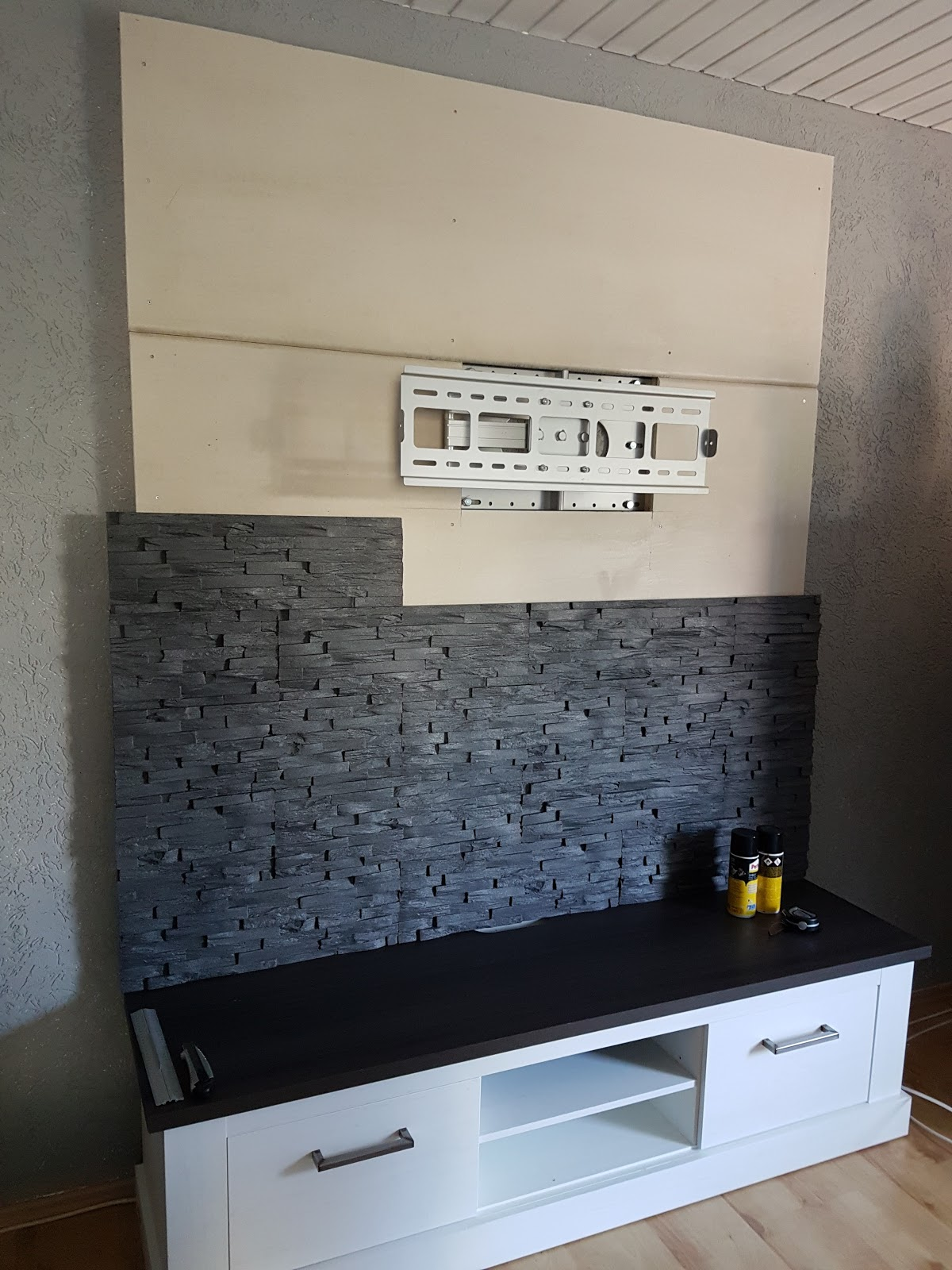 tv wand mit led beleuchtung mary 39 s kreativ blog. Black Bedroom Furniture Sets. Home Design Ideas