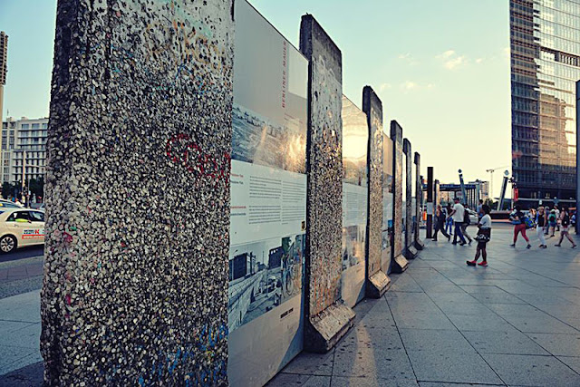 Muro de Berlim com crianças em Berlim