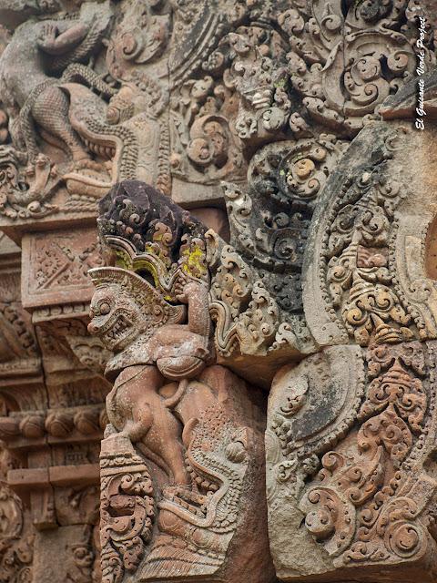 Banteay Srei, biblioteca sur, decoración - Angkor, Camboya por El Guisante Verde Project