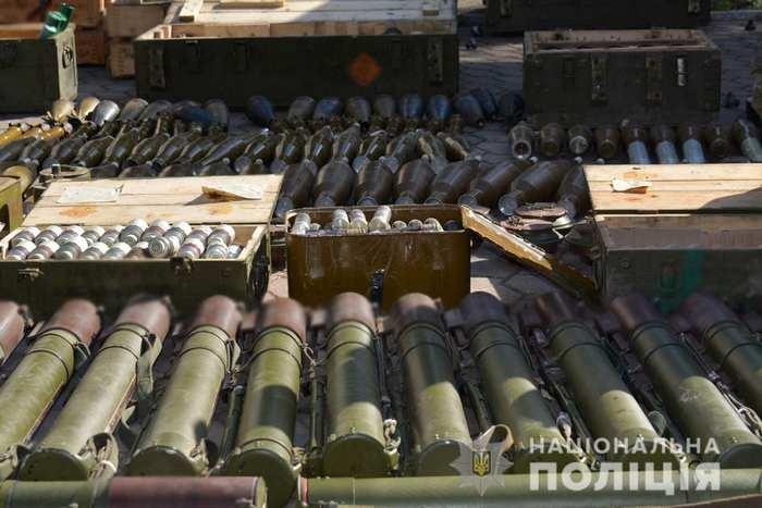 Поліція на Донеччини виявила склади з тисячами боєприпасів