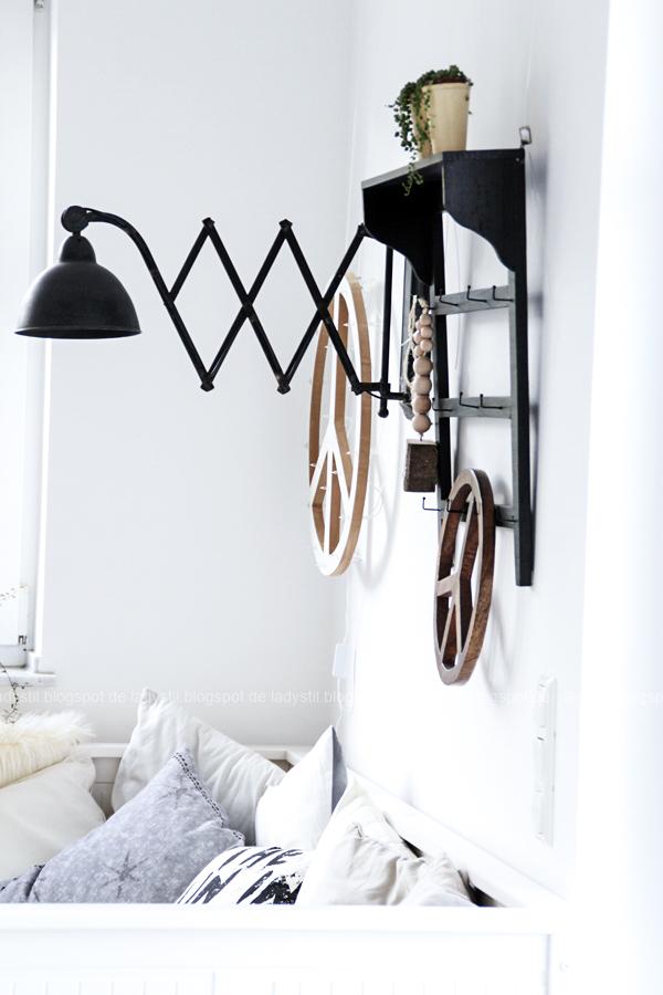 DIY Peacezeichen Leuchtobjekt mit Scherenlampe, Erbsenpflanze und Tagesbett Ikea