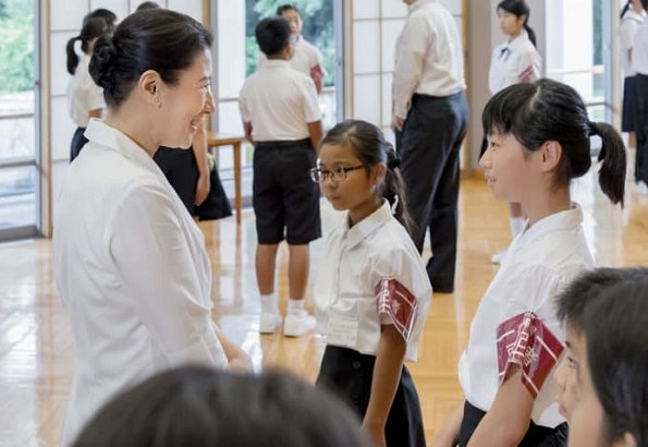 Crown Prince Naruhito and Crown Princess Masako hosted children reporters who came from Okinawa and Hokkaido cities