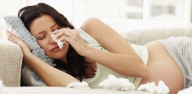 Mujer embarazada llorando y tratando de superar una infidelidad
