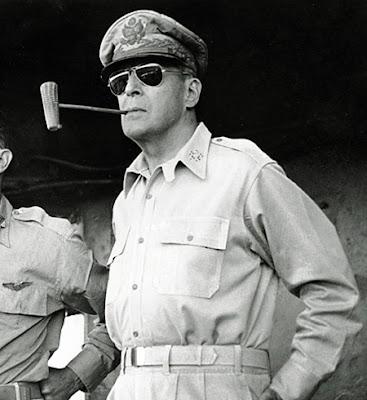... em uma praia nas Filipinas durante II Guerra Mundial e vários  fotógrafos registraram esse momento. Daí por diante os óculos Ray-Ban se  popularizaram não ... 0ca80b4c76