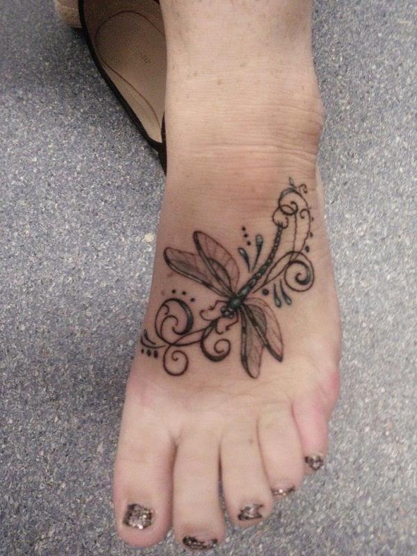 Vemos tatuajes femeninos para pies de libelula