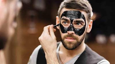 Pria menggunakan masker karbon aktif