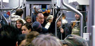 Fotografía de vagón de tren lleno de gente