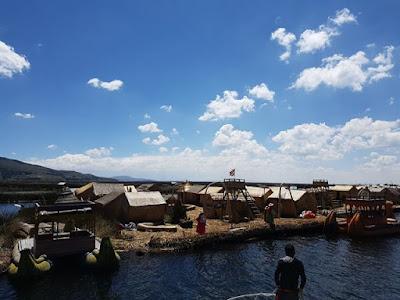 Una de las islas flotantes de los Uros en Puno