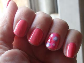 manicura rosa con flores
