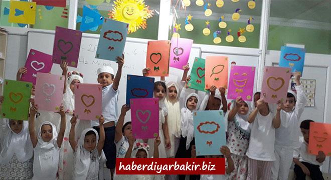 Diyarbakır Kayapınar'da Kur'an kursuna giden miniklerin karne heyecanı