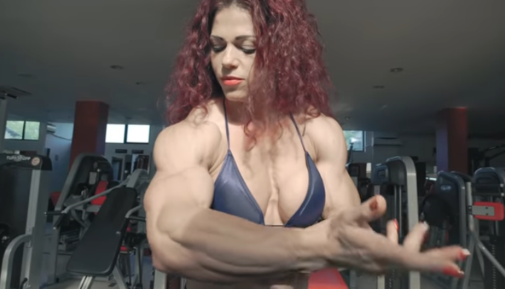 Clip Muscular female bodybuilder in a stunning posing!