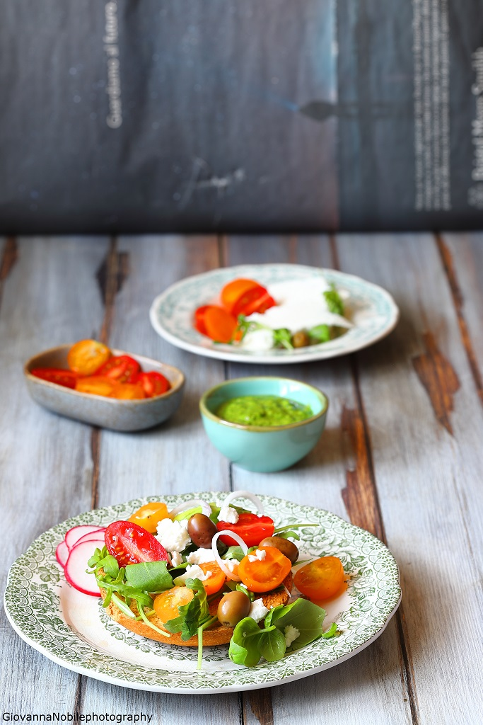Frisella integrale con feta e insalata mista