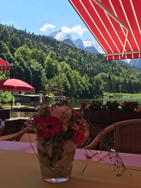 Tischblumen, Kaffeetafel auf der Seeterrase, Maigrün, Pink, Frühlingshochzeit in den Bergen am See, Hochzeitshotel Riessersee Hotel Garmisch-Partenkirchen, heiraten in Bayern, Hochzeitsplanerin Uschi Glas
