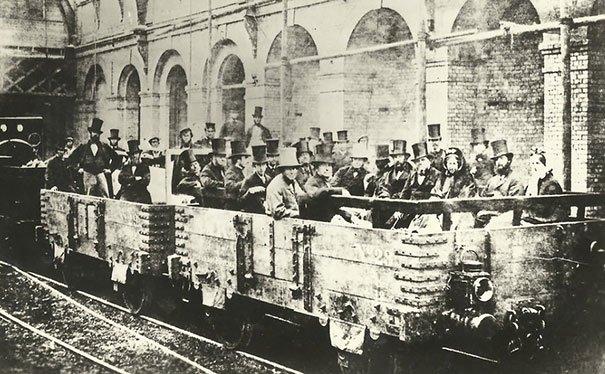 Primer viaje del tren subterráneo de Londres, foto tomada en el año 1862. Fotos insólitas que se han tomado. Fotos curiosas.
