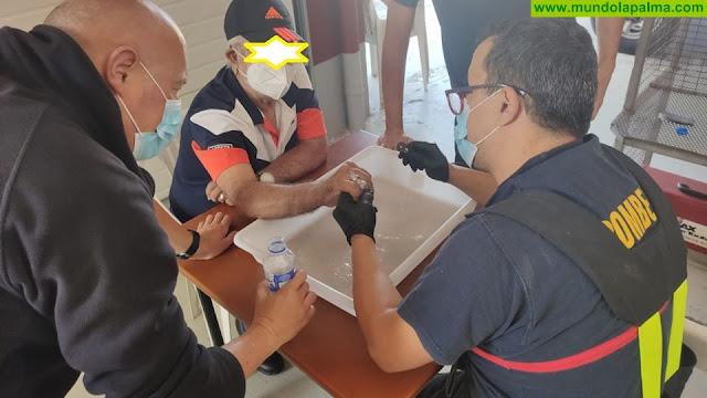 Los Bomberos de La Palma le extraen un anillo a una persona que lo tenía incrustado en el dedo