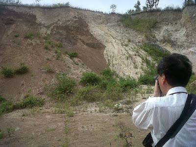 SIKLUS BATUAN - GEOLOGI - EFBUMI - Singkapan ketidak selarasan antara batuan vulkanik dengan batugamping di daerah perbukitan bagian selatan danau limboto - gorontalo