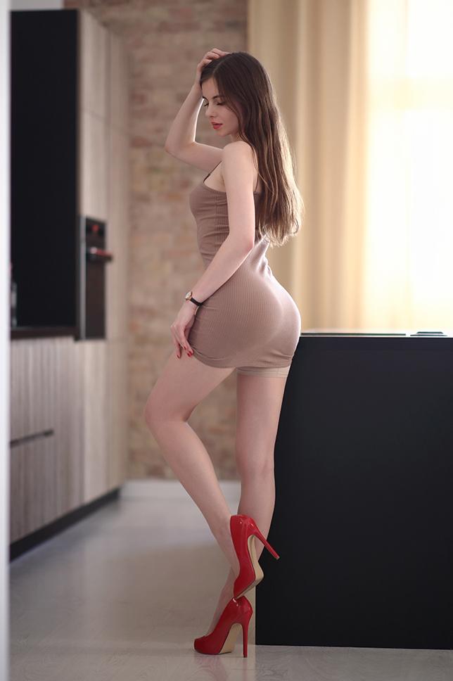 Ariadna Majewska  Beige%2Bdress%2Bred%2Bshoes