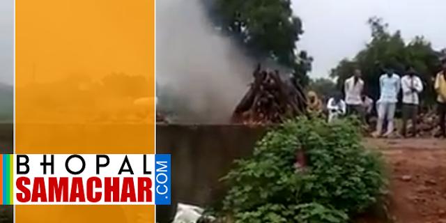 नाले में डूब गया श्मशान घाट, सड़क पर हुआ अंतिम संस्कार, लगा जाम | GUNA MP NEWS