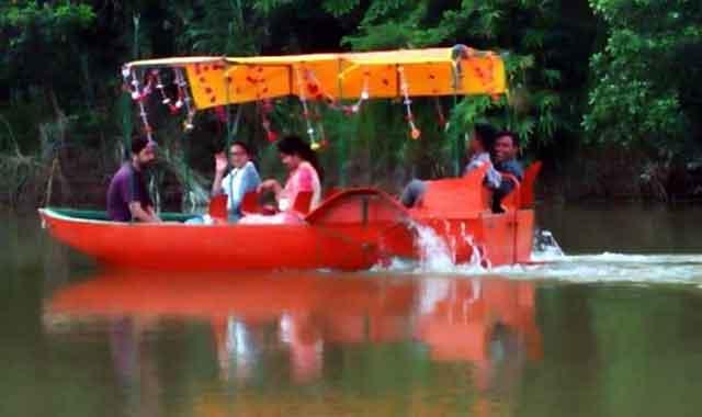 বামের ছড়া লেকের স্বচ্ছ জলরাশিতে স্পীডবোটে পর্যটকের ভীড়