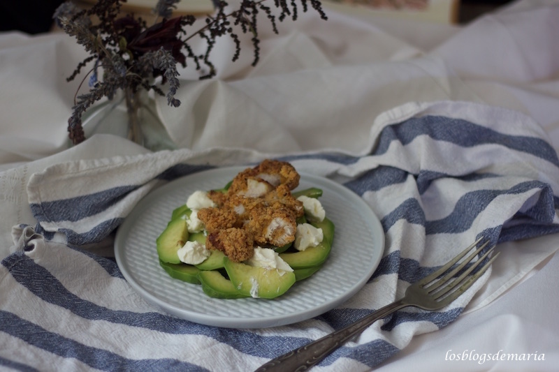Pollo crujiente sobre aguacate, receta Maheso