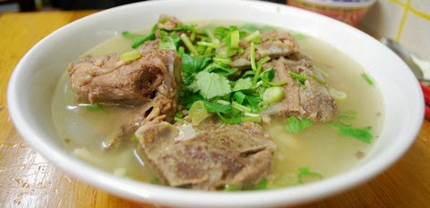 Clear soup of lamb bone and noodles
