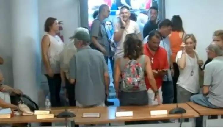 Μπούκαραν οργισμένοι πολίτες στο δημοτικό συμβούλιο Μαραθώνα – «Να παραιτηθεί τώρα ο Ψινάκης!» (βίντεο)