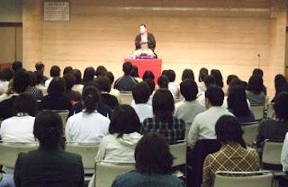 講師・三遊亭楽春のコミュニケーション講演会風景。