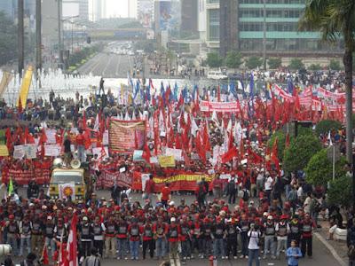 Hari Buruh di Indonesia - Para Buruh Melakukan Longmarch Memperingati Hari Buruh di Indonesia