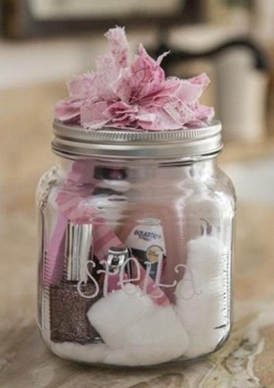 Perlengkapan manicure dalam satu toples sebagai hadiah.