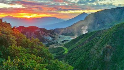 Menelisik 3 Pesona Gunung Papandayan yang Eksotis