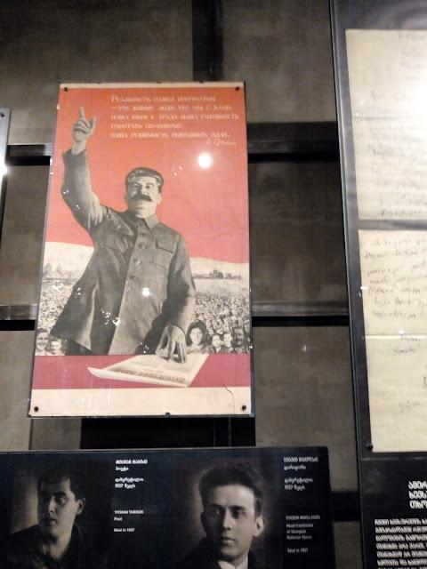 スターリンのポスターの下は、ソビエト占領下で殺害された、ジョージアの知識人