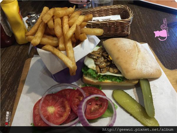 [北部] 台北市東區【1885 Burger】市民大道上的美味漢堡 一手掌握多汁蘑菇蔬菜哈伯蒂起司漢堡